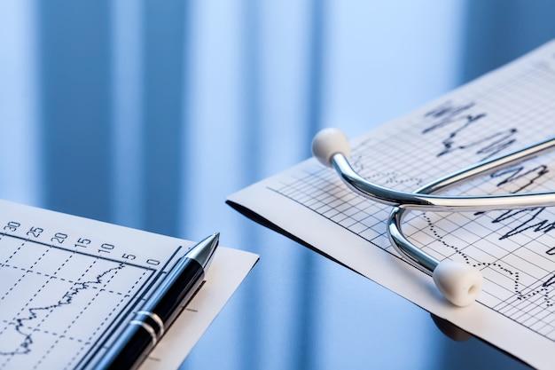 Medische instrumenten. stethoscoop en cardiogram op een tafel.