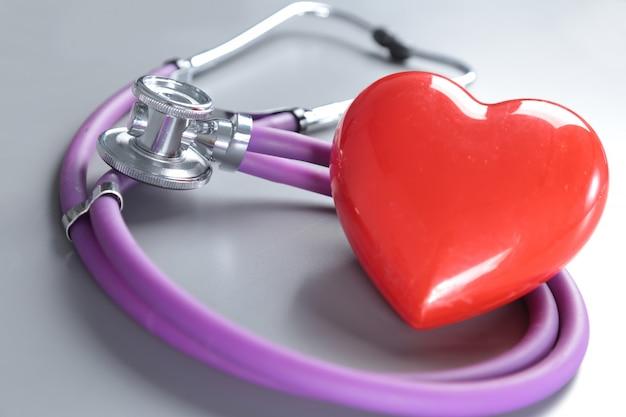 Medische instrumenten, stethoscoop en rood hart voor ent
