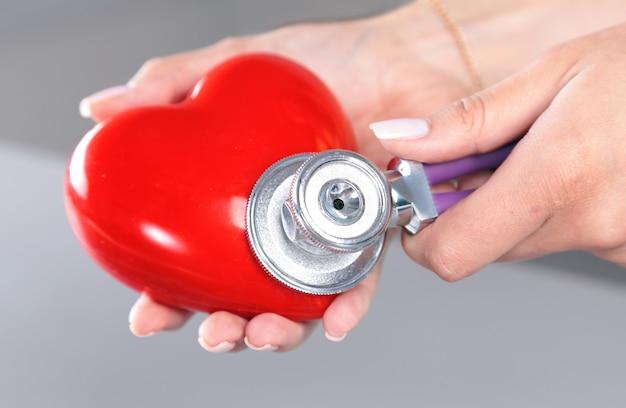 Medische instrumenten voor kno-arts op wit
