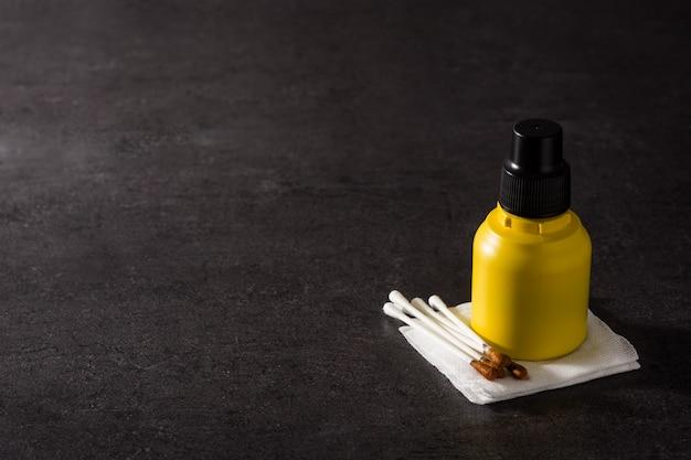 Medische jodium in een fles en gazen op zwart oppervlak kopie ruimte