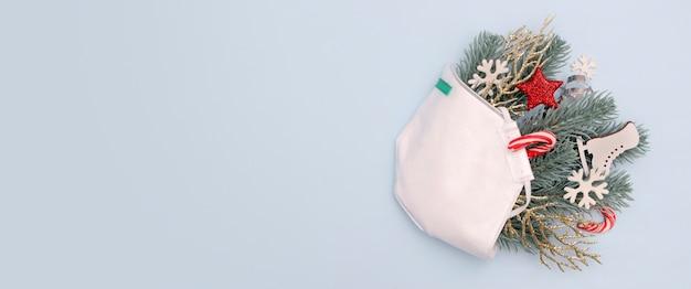 Medische kerst met de decoratiessterren en sneeuwvlokken van het gezichtsmasker