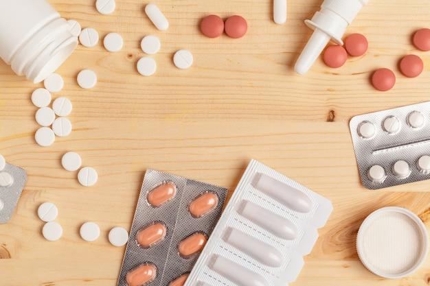 Medische kleurrijke pillen, capsules of supplementen voor de behandeling en gezondheidszorg op houten tafel