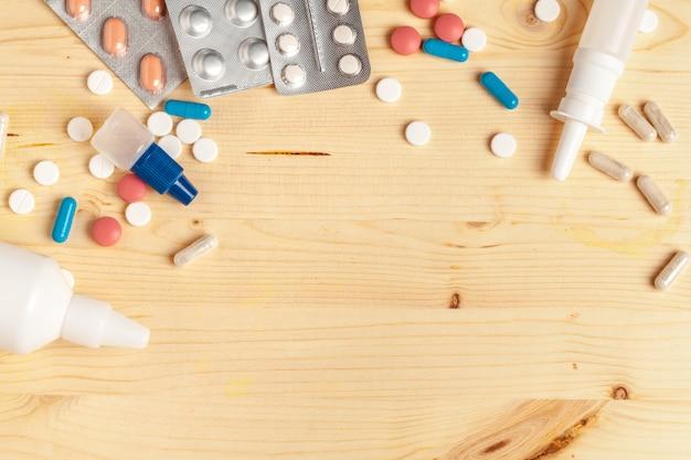Medische kleurrijke pillen, capsules of supplementen voor de behandeling en gezondheidszorg op houten