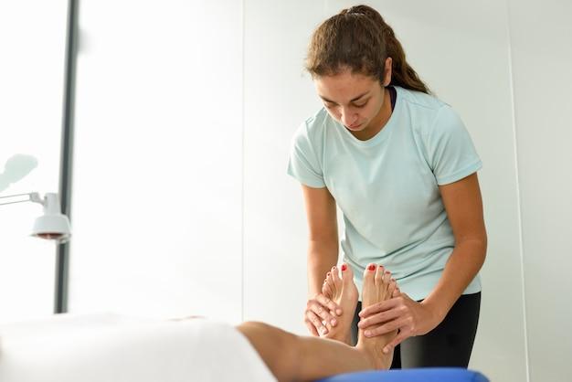 Medische massage aan de voet in een fysiotherapeutisch centrum.