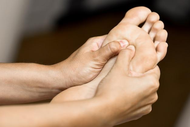 Medische massage aan de voet in een fysiotherapie centrum.
