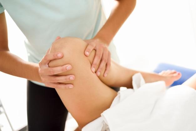 Medische massage aan het been in een fysiotherapeutisch centrum.