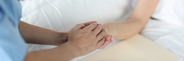 Medische officier houdt patiënten hand medische zorg en patiëntenzorg in ziekenhuisconcept