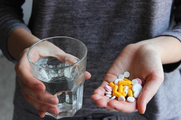 Medische pillen in vrouwelijke handen nemen pillen vitamines levensmiddelenadditieven