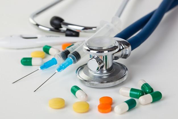 Medische pillen voor de behandeling van patiënten op een witte ruimte.
