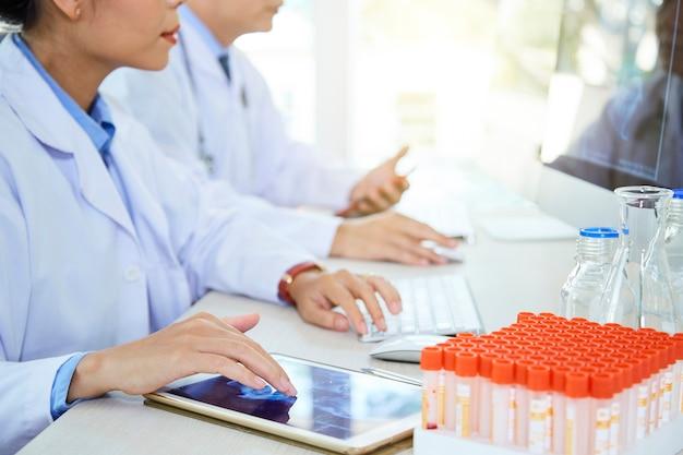 Medische professionals werken bij laboratorium