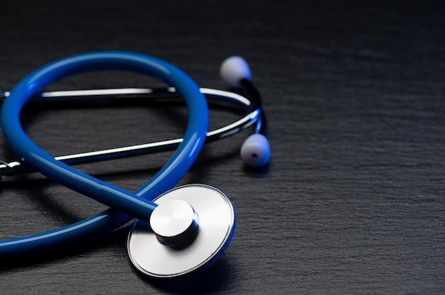 Medische stethoscoop akoestisch medisch hulpmiddel op grijze tafel