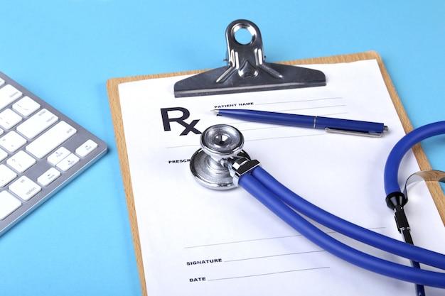 Medische stethoscoop die op de close-up van de cardiogramgrafiek ligt. cardiologie zorg.