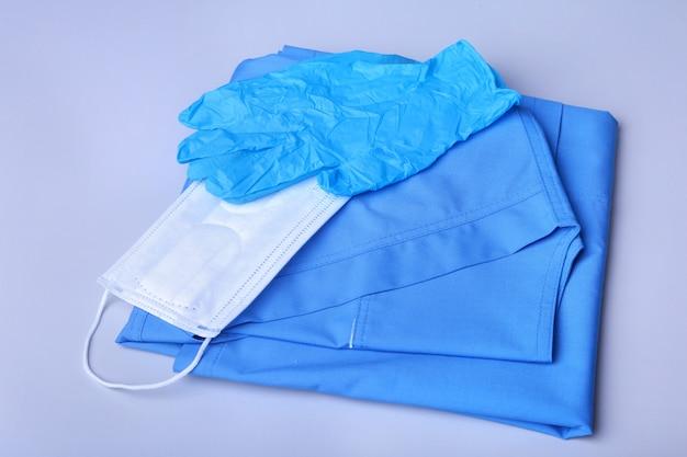 Medische stethoscoop die op de vorm van een blauwe arts en een blocnoteclose-up ligt.