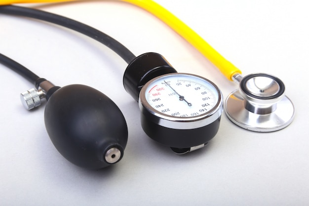 Medische stethoscoop en bloeddrukmeter die op witte achtergrond wordt geïsoleerd. gezondheidszorg.