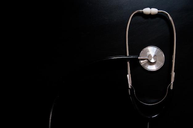 Medische stethoscoop geïsoleerd met zwarte achtergrond. medisch concept. stethoscoop op zwarte achtergrond met ruimte voor tekst - gezondheidsconcept. medisch conceptueel