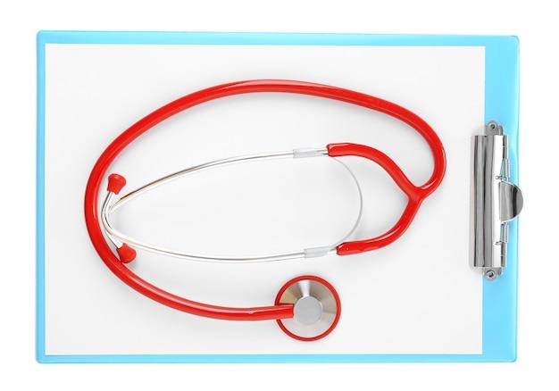 Medische stethoscoop met klembord op wit wordt geïsoleerd