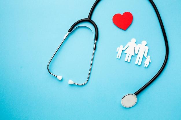Medische stethoscoop met papier gesneden familie