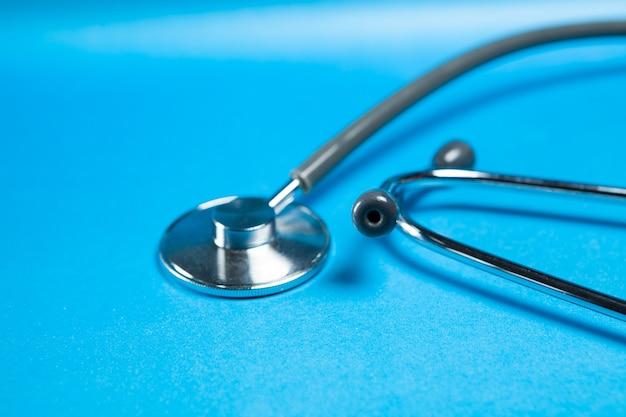 Medische stethoscoop op blauw