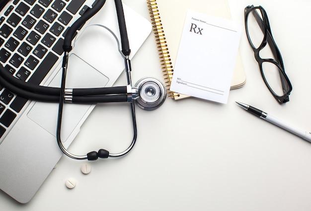 Medische stethoscoop op computertoetsenbord