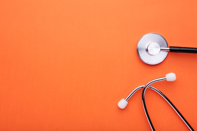Medische stethoscoop op een sinaasappel. gezondheidszorg concept