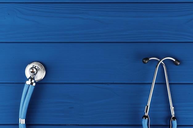 Medische stethoscoop op klassieke blauwe bovenaanzicht als achtergrond