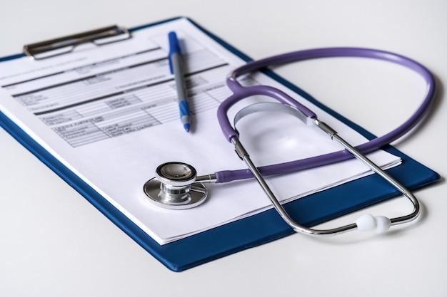 Medische stethoscoop, tablet met een formulier voor het beschrijven van de diagnose, uitstekend ontwerp voor elk doel.