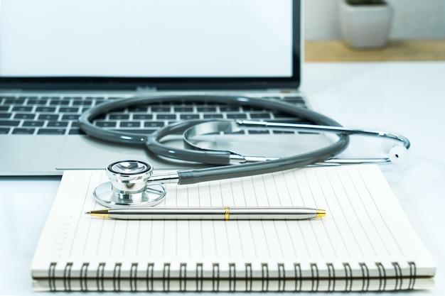 Medische stethoscoop voor artsencontrole op blocnote als medisch concept