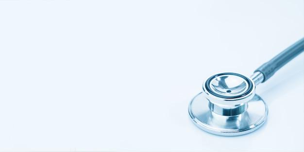 Medische stethoscoop voor artsencontrole op lijst