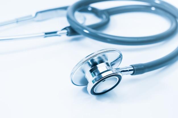 Medische stethoscoop voor dokterscontrole op gezondheidsmedische laboratoriumtafel als medisch concept