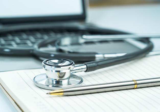 Medische stethoscoop voor dokterscontrole op notitieblok als medisch concept