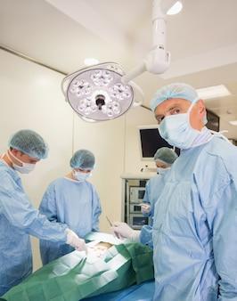 Medische student die camera tijdens praktijkchirurgie bekijkt