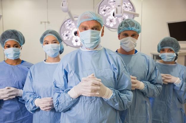 Medische student en docent kijken camera in scrubs