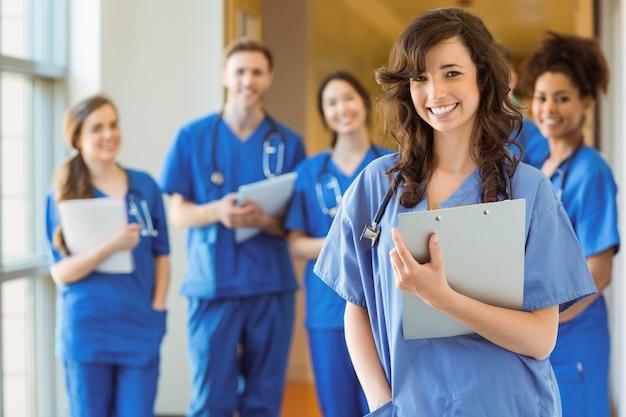 Medische studenten die bij de camera glimlachen