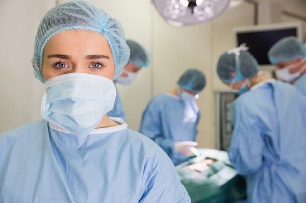 Medische studenten die chirurgie op model uitoefenen