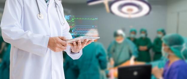 Medische technologie de arts hield een tablet controleren van de patiënt in het ziekenhuis