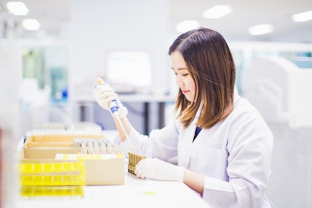 Medische technoloog die in het laboratorium werkt.