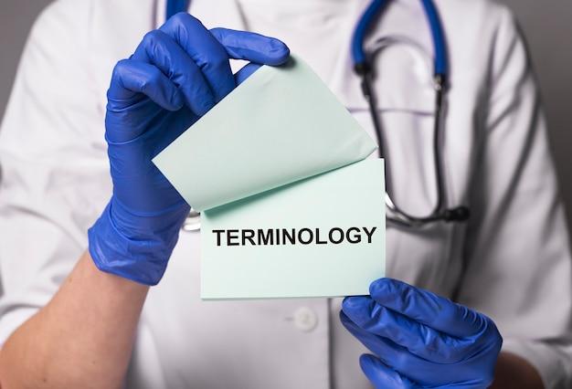 Medische terminologie woord in arts handen geneeskunde termen concept medicine