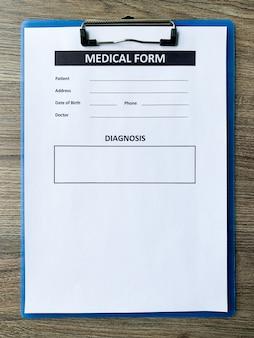 Medische vorm met patiëntgegevens over het bureau van de arts