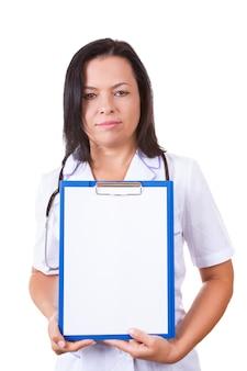 Medische vrouw arts met stethoscoop klembord met blanco papier op een witte achtergrond houden