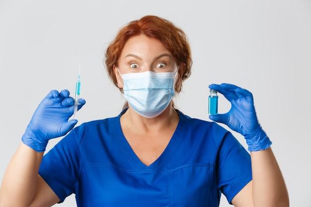 Medische werkers covid pandemisch coronavirus concept verbaasde en opgewonden vrouwelijke arts in gezichtsmasker en...