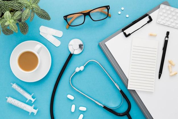 Medische werkruimte met koffiekopje