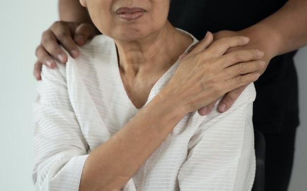 Medische ziektekostenverzekering en senioren man ter ondersteuning van oudere moeder close-up vrouw in ouderenzorg faciliteit krijgt hulp van het ziekenhuis
