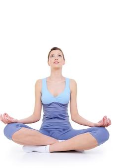 Meditatie als een recreatie na de trein van jonge vrouw geïsoleerd op wit