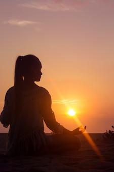 Meditatie bij zonsondergang