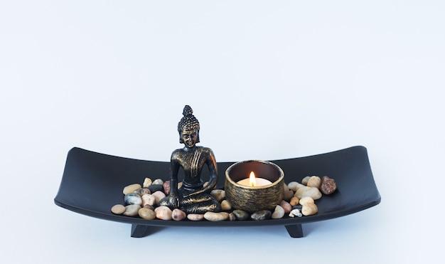 Meditatie boeddhisme en verlichting boeddhabeeld kaars