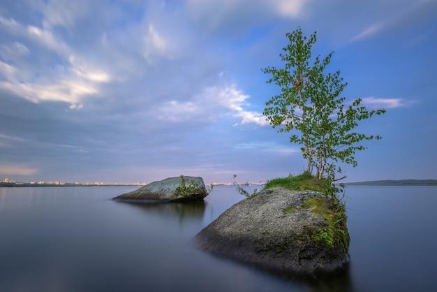 Meditatief landschap met gestructureerde voorgrond, lange blootstelling