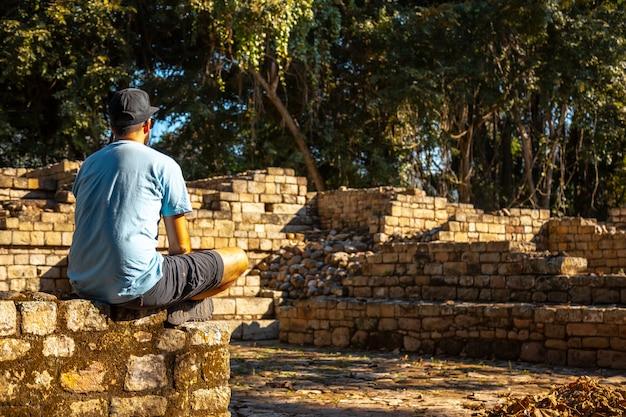 Mediteren op de tempels van copan ruinas. honduras