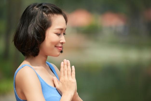 Mediterende aziatische vrouw