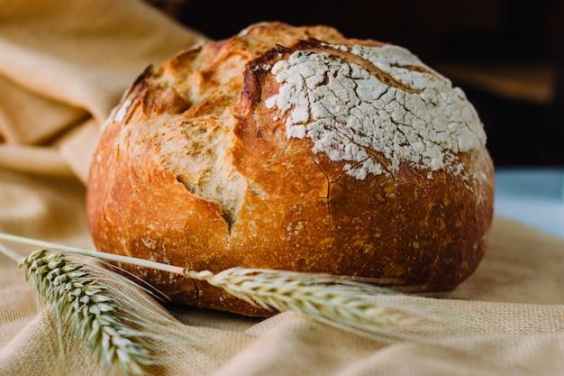 Mediterraan brood genaamd pan de payes of pa de pages. spaans rond brood typisch uit catalonië