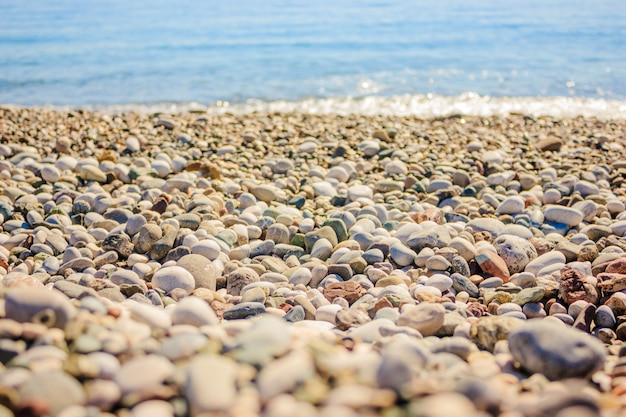 Mediterraan landschap in antalya, turkije. blauwe zee, golven en kiezelstrand